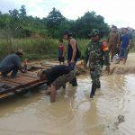 Jalan Putus, Babinsa dan Warga Tepian Batang Gotong Royong Buat Jembatan